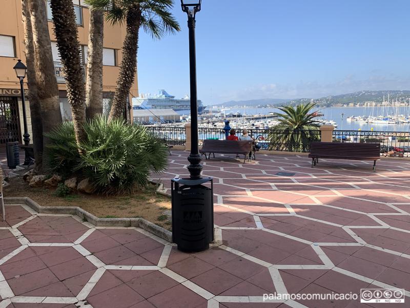 La plaça Murada, amb la badia i el creuer de fons, aquest matí.