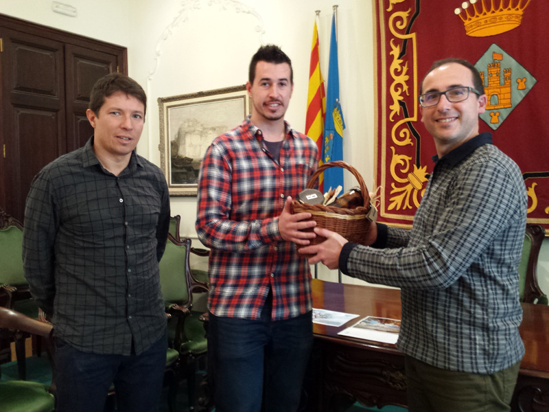 Gerard Garcia rep la cistella de productes ecològics del Celler Brugarol de mans de l'alcalde Puig i el regidor Lloveras.