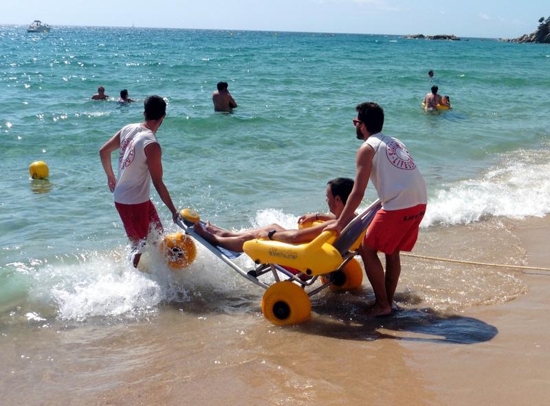 Serveis per facilitar el bany a persones amb discapacitat a la platja de Torre Valentina.