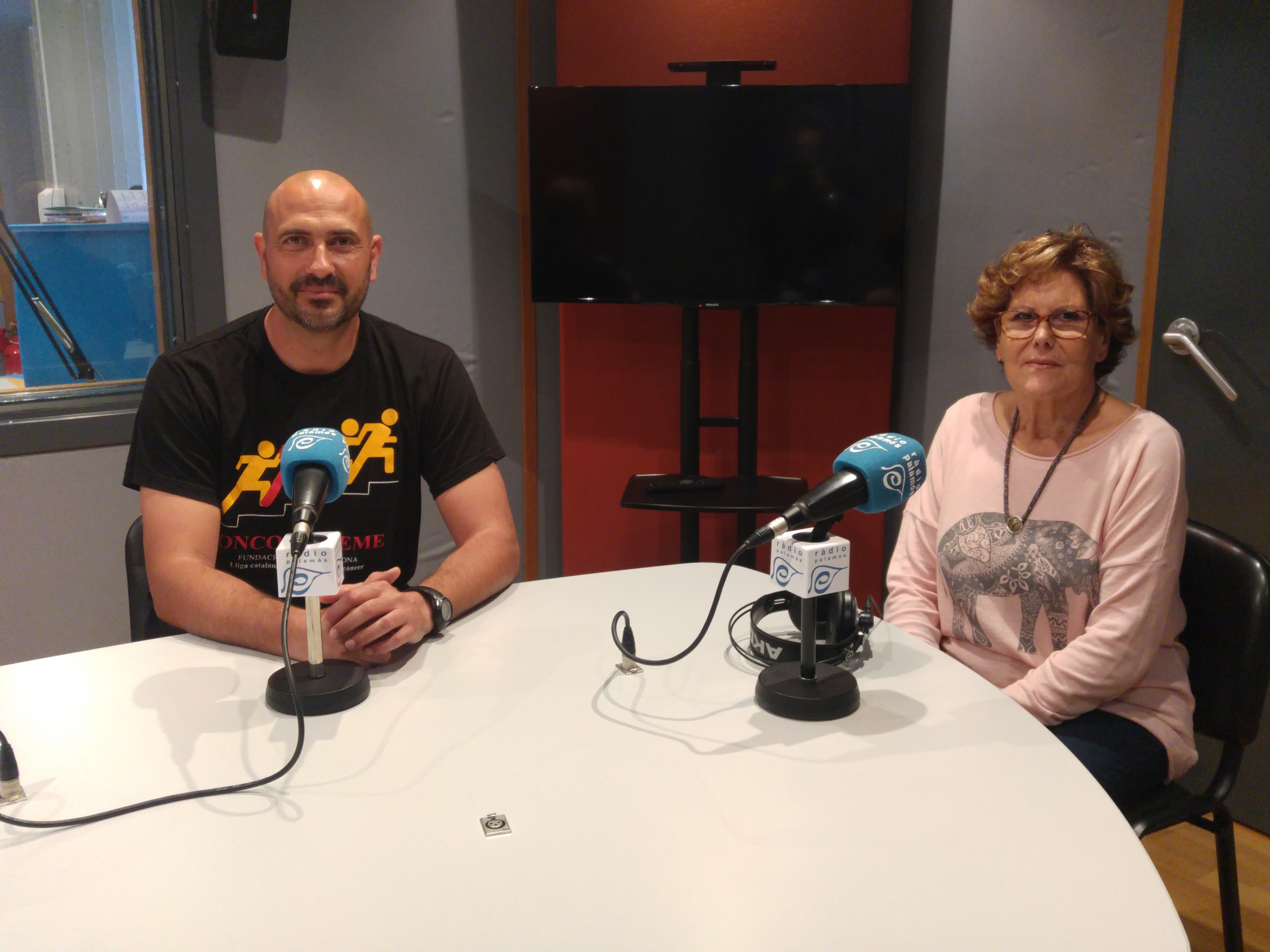 Xavier Adroher, del CE Palamós, i Hortènsia Doporto, de la Fundació Oncolliga, a Ràdio Palamós.