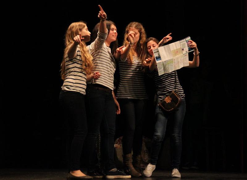 Alumnes de l'escola Vedruna en una edició de la Mostra de Teatre.