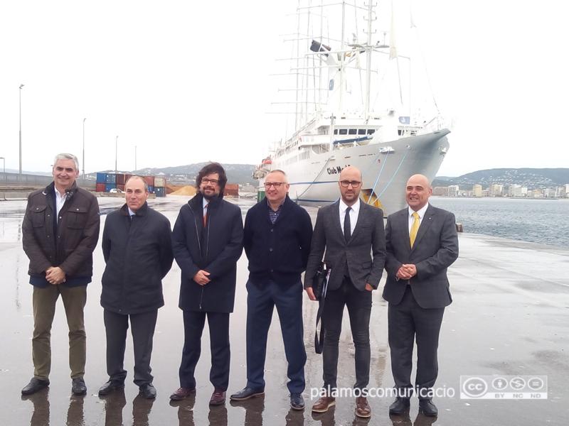 Representants municipals i de Ports de la Generalitat, aquest matí, en la inauguració de la temporada de creuers.