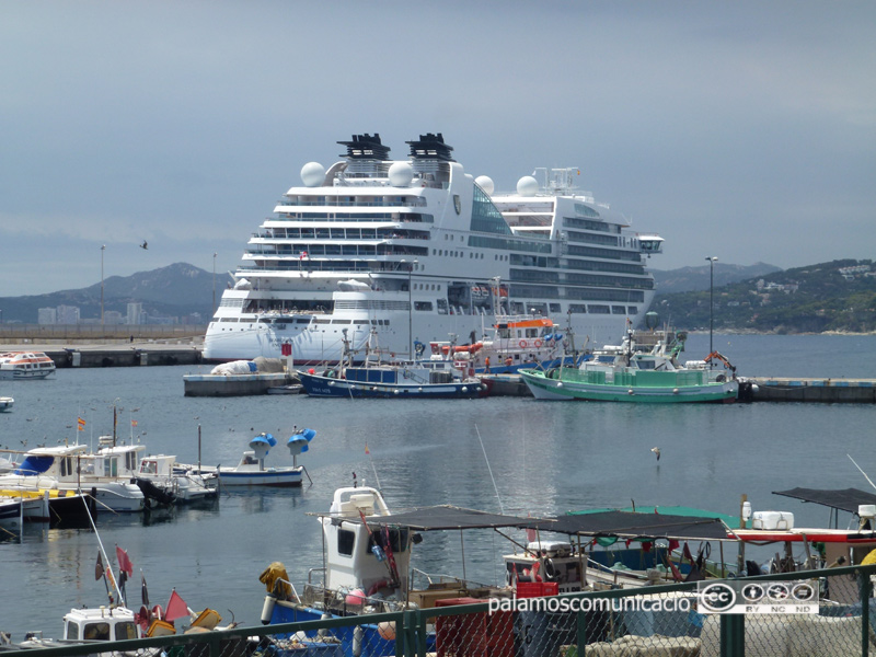 El Seabourn Encore, avui al port de Palamós
