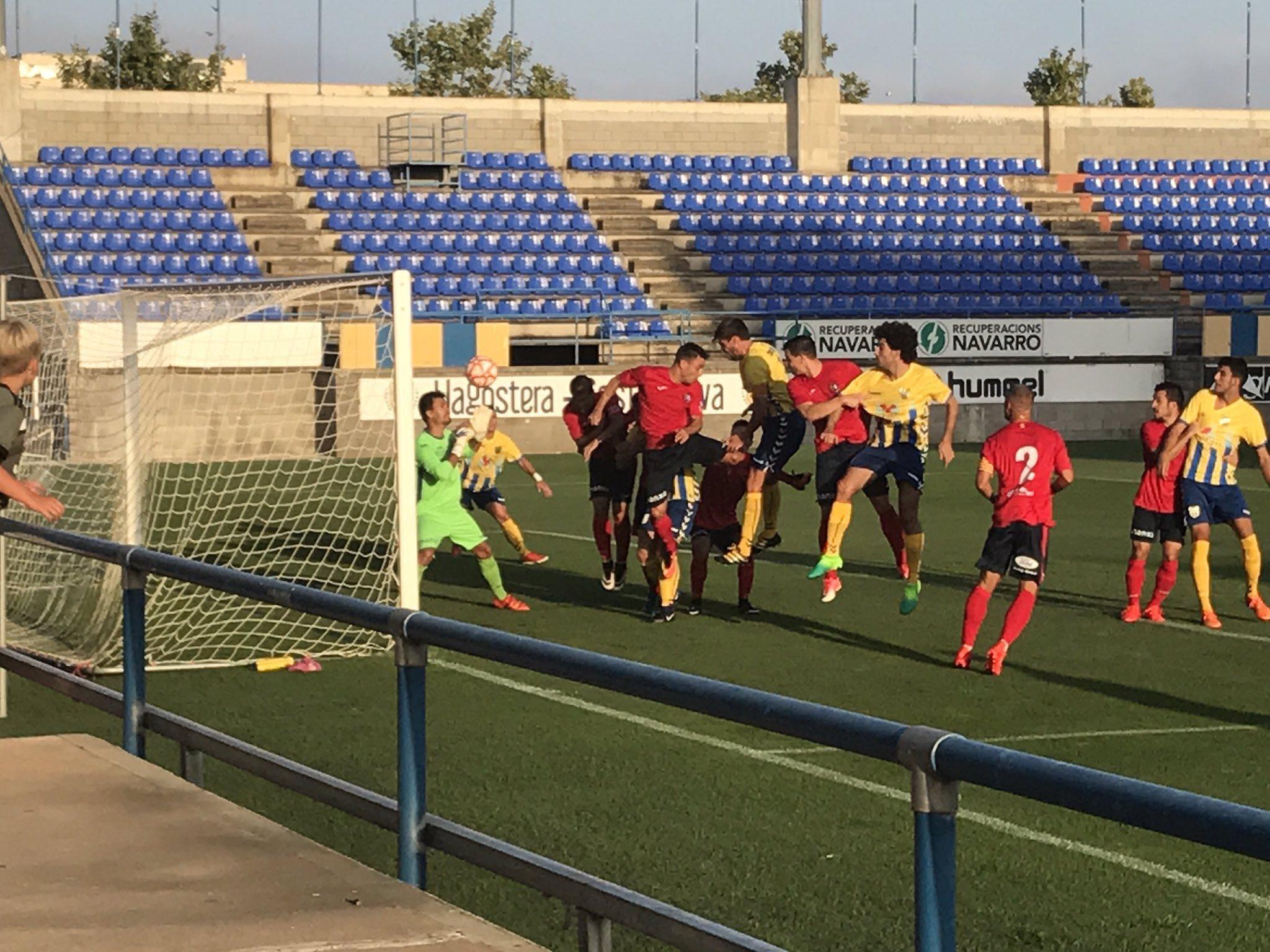 Rematada de David Cano que suposaria un dels dos gols del Palamós CF. (Foto: MarkF).