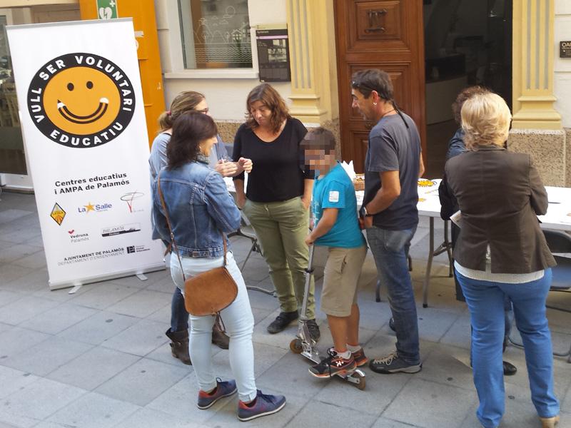 Taula informativa del voluntariat educatiu. (Foto; Ajuntament de Palamós)