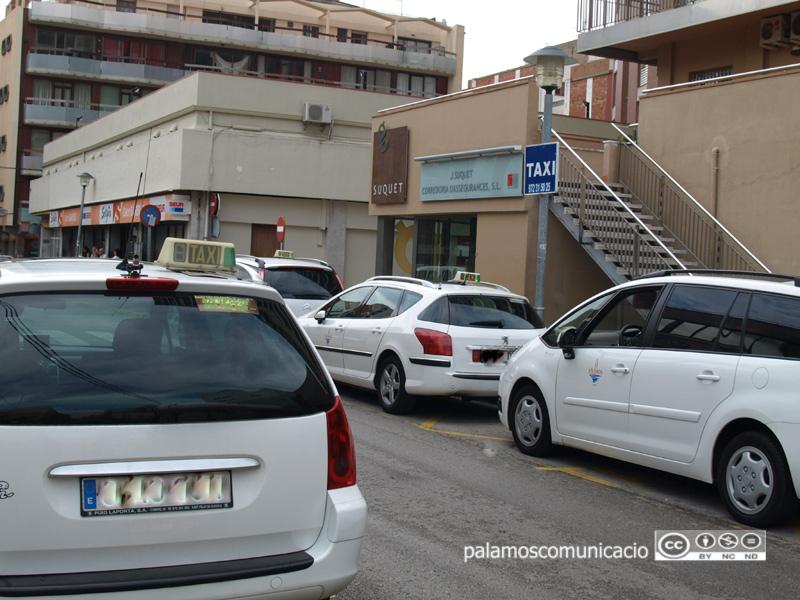 Un grup de taxis a la parada de Palamós.