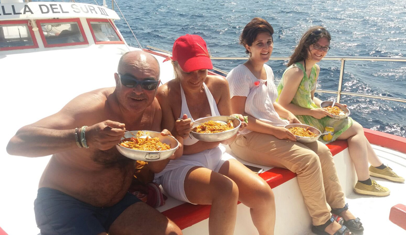 Participants del Pescaturisme en un dels àpats del dia a la barca. (Foto: Museu de la Pesca).