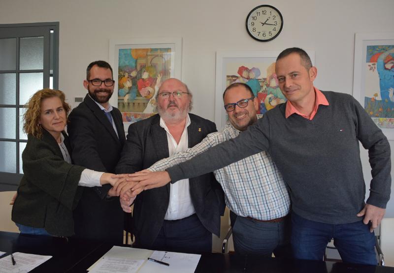 Els diferents representants de les entitats i institucions firmants de l'acord. (Foto: Ajuntament de Calonge).