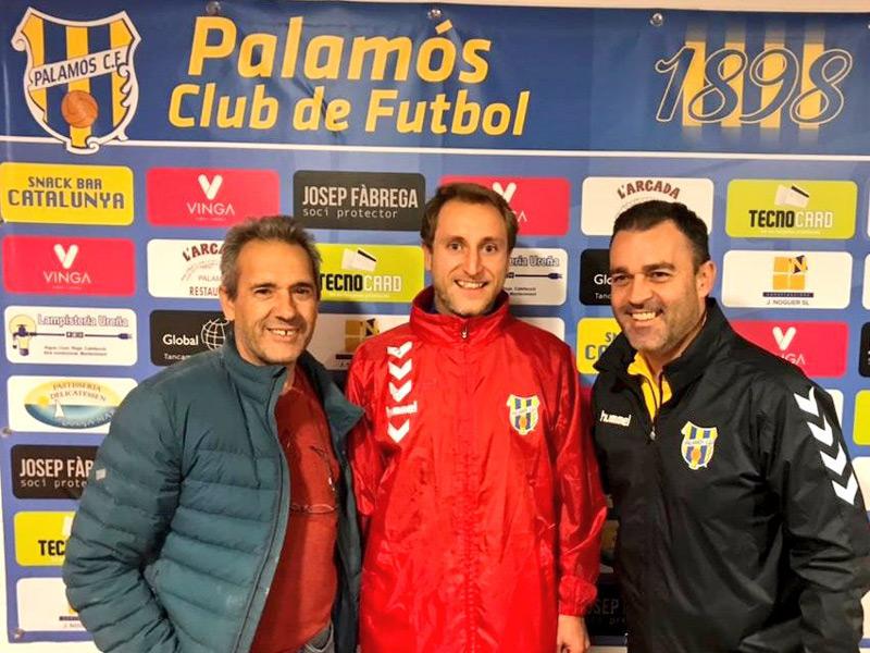 Uri Vila amb el vicepesident esportiu, Jordi Noguer, i amb l'entrenador, Vicenç Fernández. (Foto: Palamós CF)