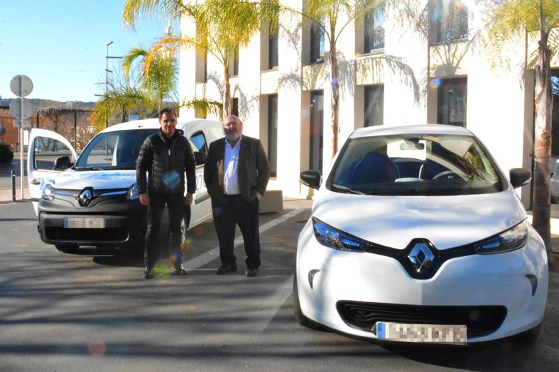 L'alcalde Jordi Soler, a la dreta, amb els dos cotxes elèctrics. (Foto: Ajuntament de Calonge i Sant Antoni).