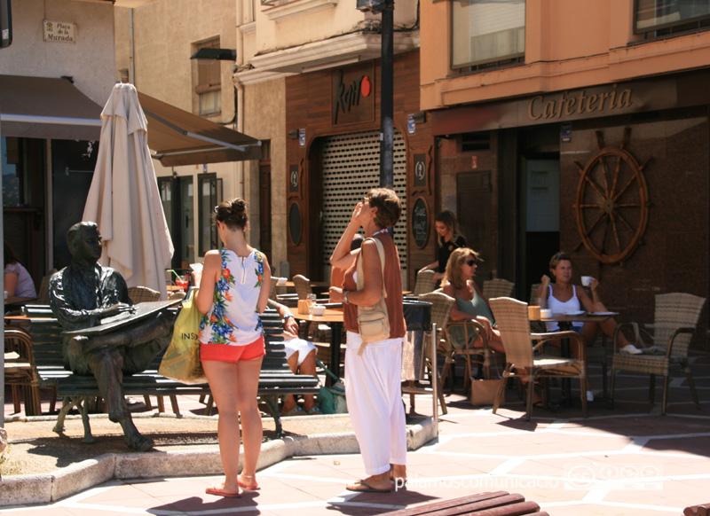Turistes a la plaça Murada de Palamós.
