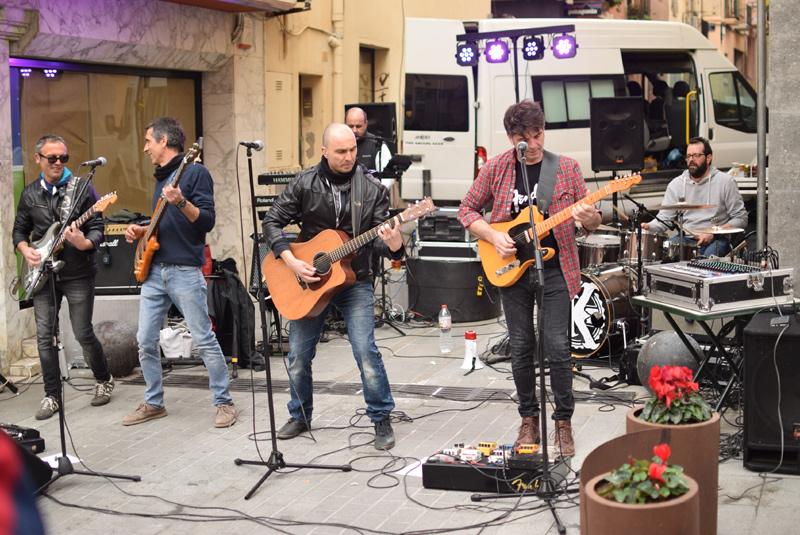 Els integrants de Joker's durant el concert de dissabte des del carrer Molins. (Foto: Japan Records).