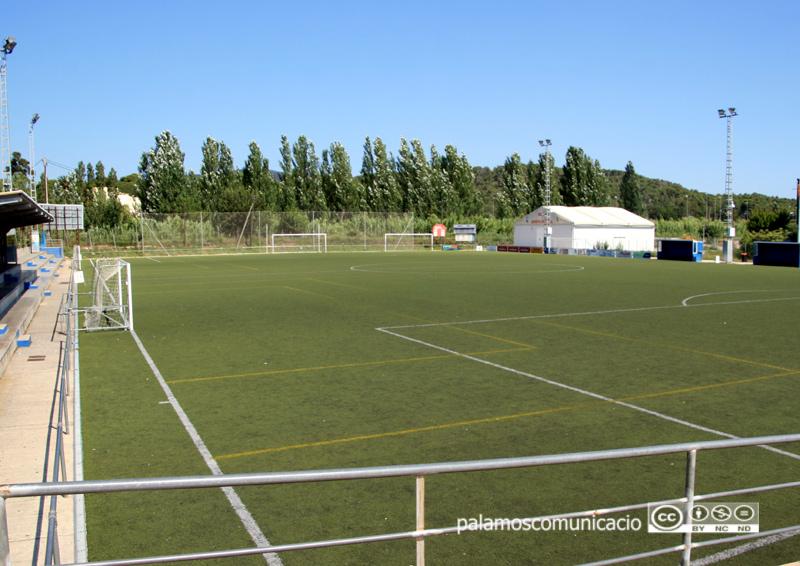 Camp de futbol 11 de la zona esportiva Josep Massot i Sais.