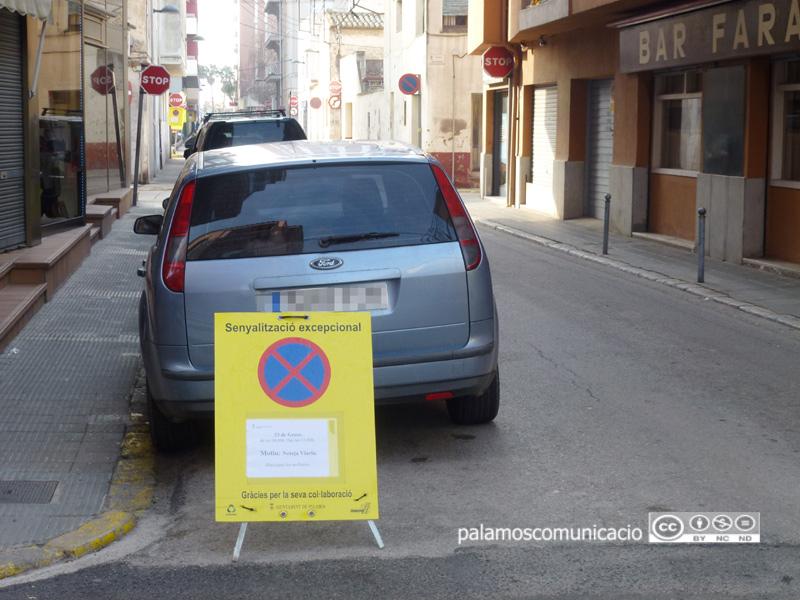 Senyalització al carrer d'Orient informant que demà s'hi farà una neteja intensiva.