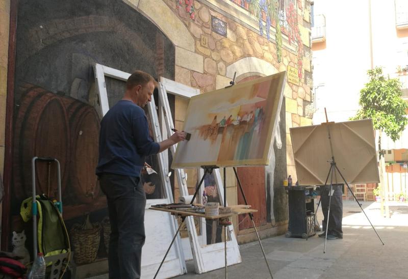 Un pintor fent un quadre al nucli antic de Calonge. (Foto: Ajuntament de Calonge i Sant Antoni).