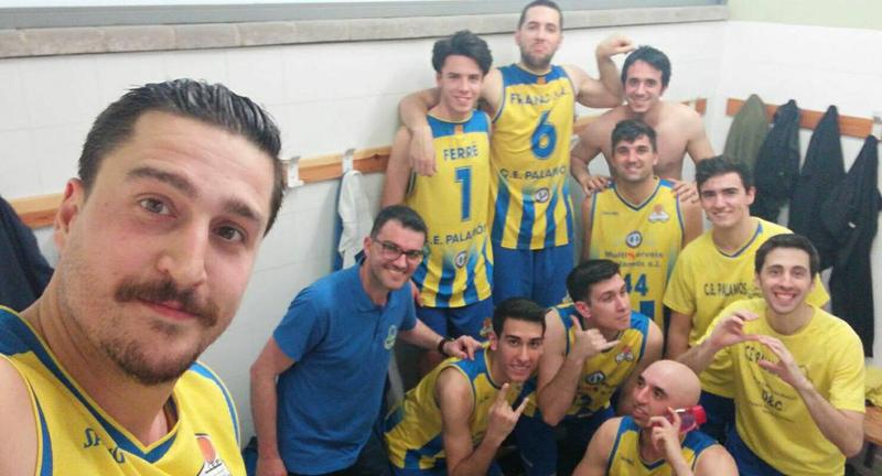 Jugadors del Club Esportiu, celebrant una victòria al vestidor. (Foto: CE Palamós Facebook).