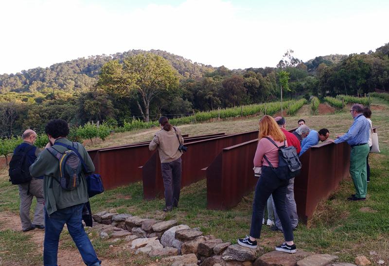 Els periodistes van visitar les vinyes del celler Brugarol, a Palamós. (Foto: Consell Comarcal del Baix Empordà).