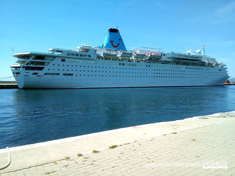El creuer Marella Dream, avui al port de Palamós.
