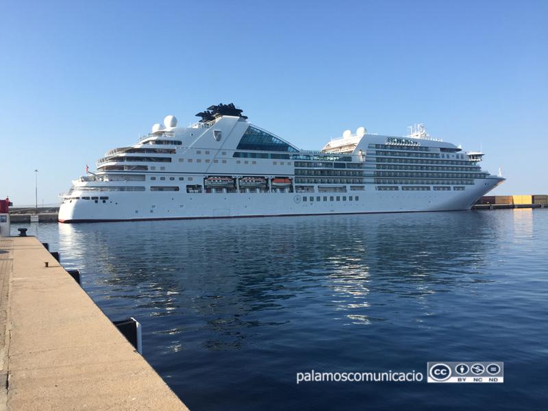 El Seabourn Encore aquest matí al port de Palamós.