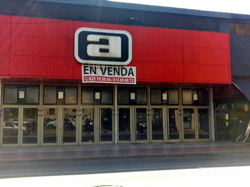 La façana de l'antic cinema Arinco amb la pancarta que anuncia la seva venda.