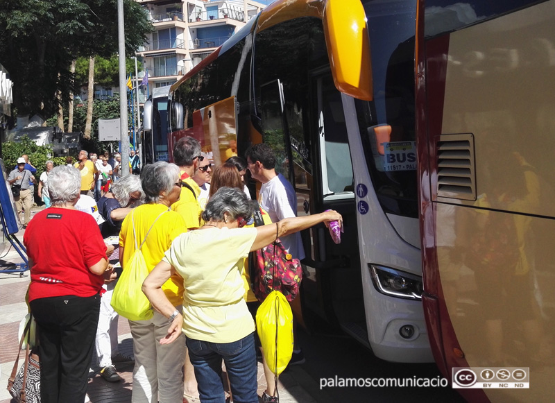 Imatge d'arxiu de gent pujant als autobusos de l'ANC a Palamós.