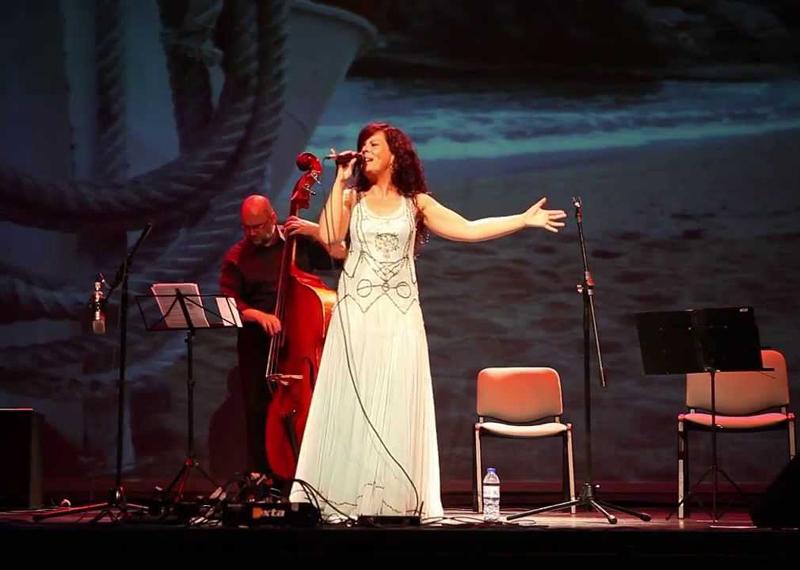 La cantant de Palafrugell, Neus Mar, durant una actuació.