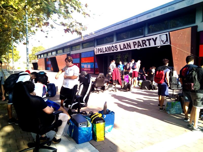 Els primers participants de la Lan Party, a les portes de la Nau dels 50 metres.