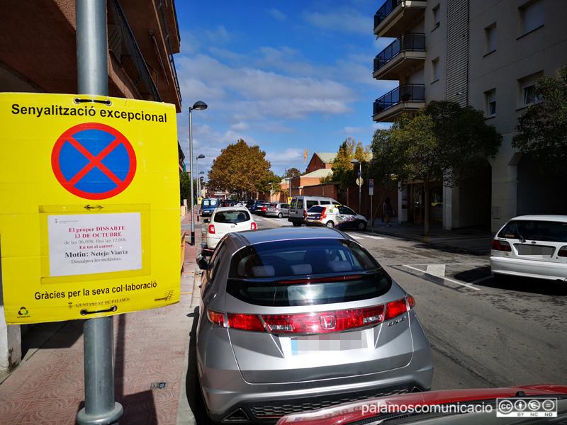 Senyalització al carrer de Nàpols informant que demà s'hi farà una neteja intensiva.