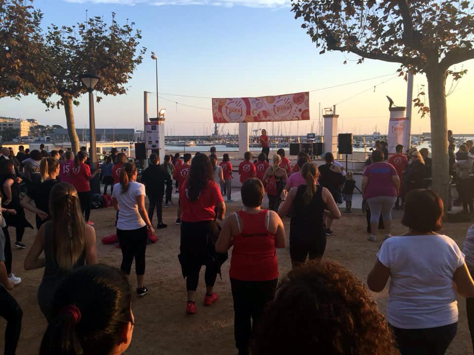 La sessió de zumba solidària per a l'Associació Pots va aplegar gent al passeig del Mar. (Foto: Lluís Puig).