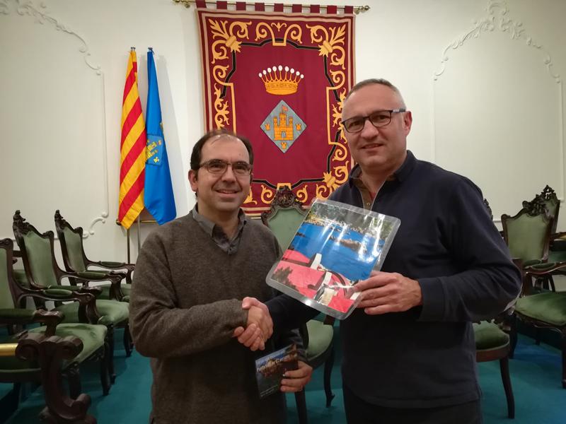 El guanyador del concurs Instagram de l'estiu, Joan Amigó, rep el premi de mans del regidor de Promoció Econòmica i Turisme, Emili Colls.