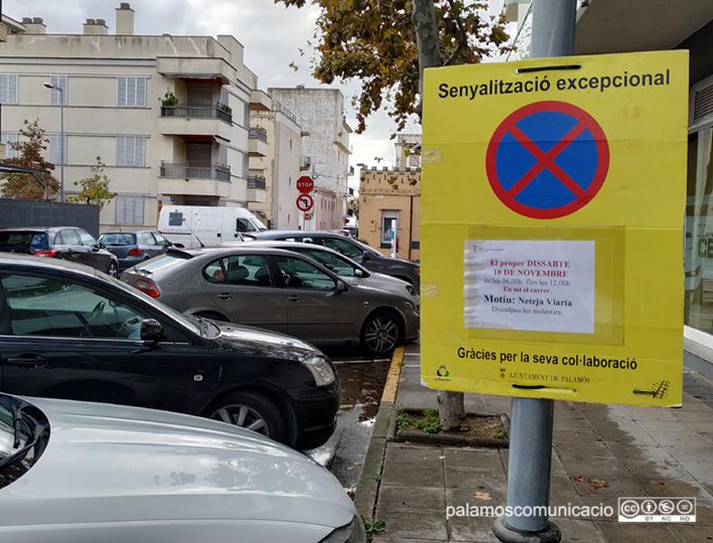 Senyalització al carrer de Provença informant que demà s'hi farà una neteja intensiva.