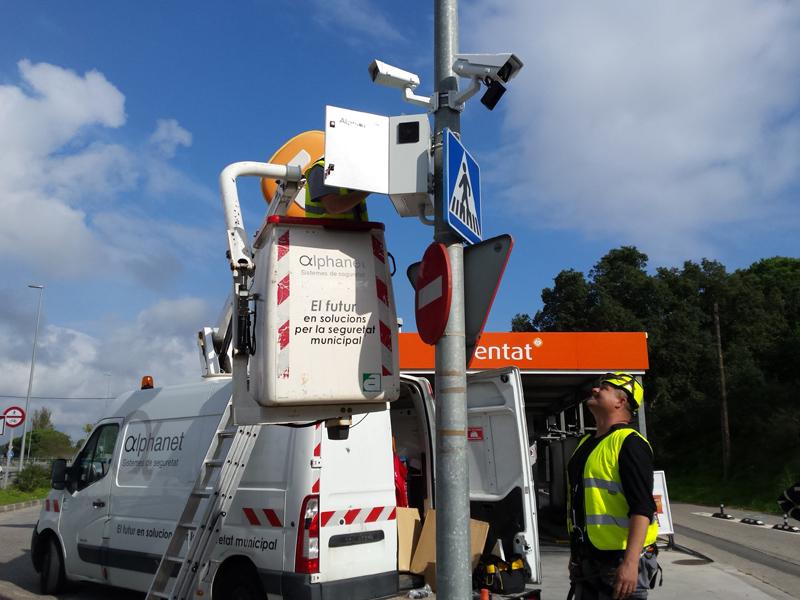 Operaris muntant el sistema de càmeres de videovigilància en un dels accessos a La Fosca. (Foto: Ajuntament de Palamós).
