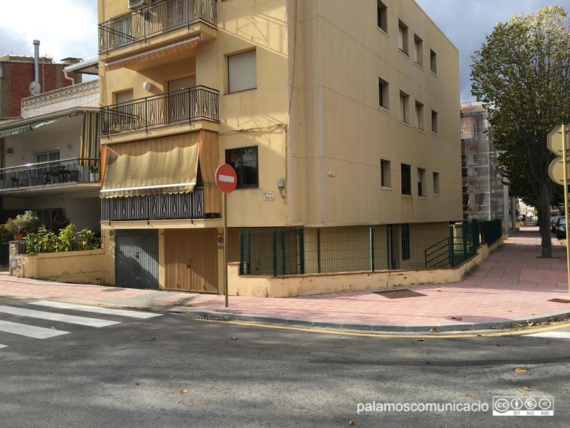 L'immoble situat al número 97 del carrer de la Indústria, fent cantonada amb el carrer de Nàpols.