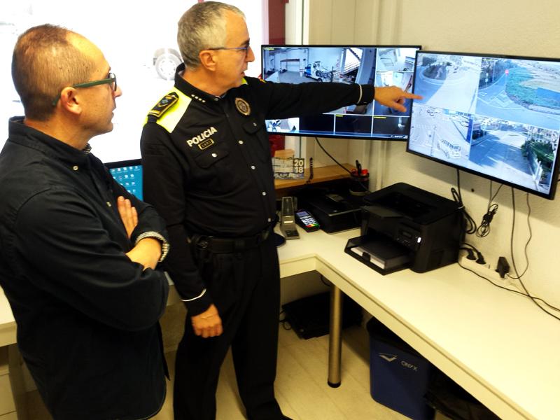 L'alcalde de Palamós, Lluís Puig, i l'inspector en cap de la Policia Local, José Luis Sancho, en el control de càmeres. (Foto: Ajuntament de Palamós).