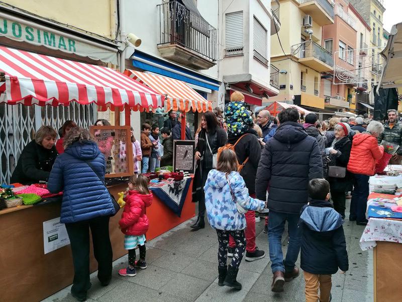 Parades de la Fira Nadalenca, ahir al carrer Major. (Foto: Ajuntament de Palamós).