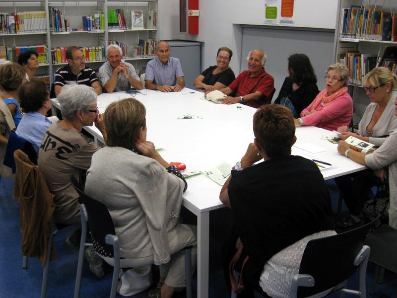 Participants de la tertúlia literària a la biblioteca, en una imatge d'arxiu.