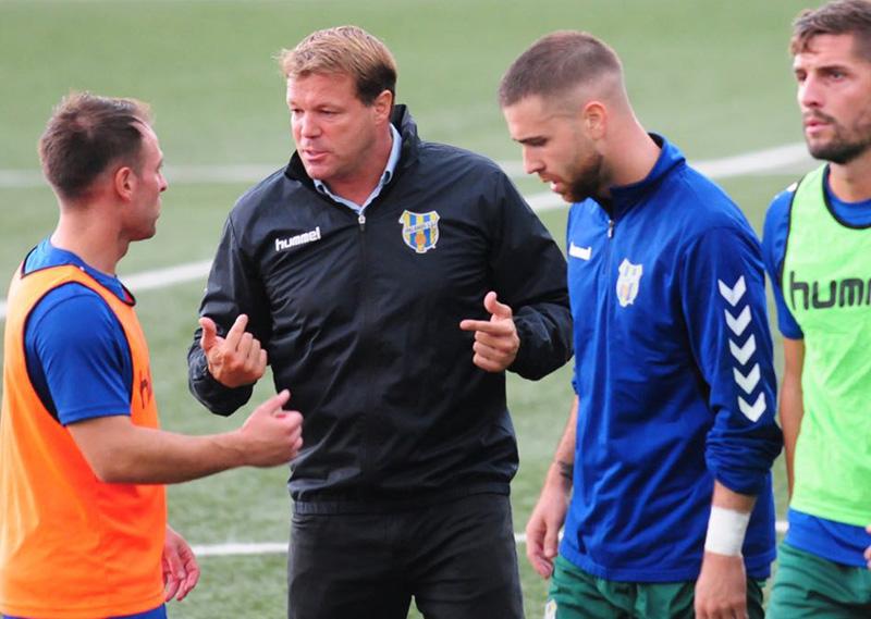 Javi Salamero, donant instruccions als seus jugadors en un entrenament. (Foto: Quim Roca).