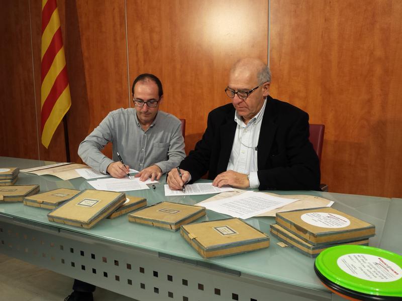 L'alcalde Lluís Puig, i Lluís Leyda, descendent de la família Escoruela, signant el conveni de cessió del Fons. (Foto: Ajuntament de Palamós).