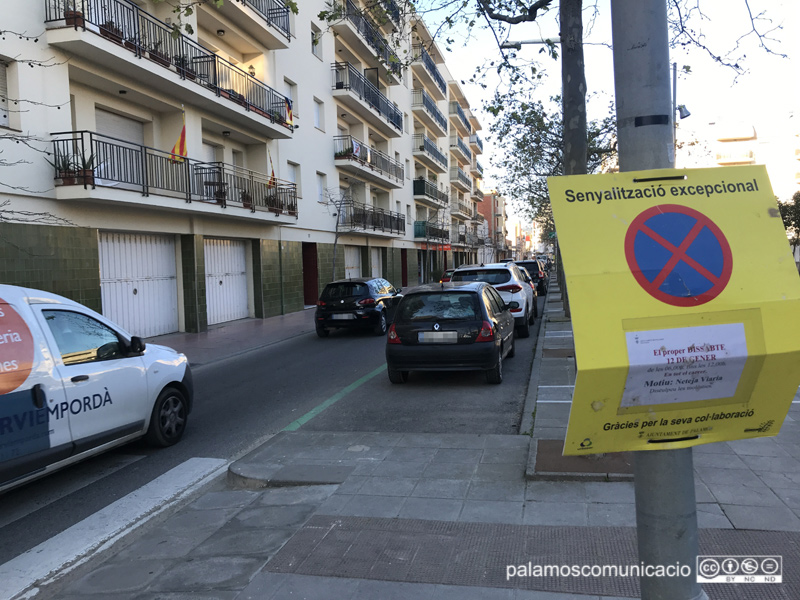 Senyalització a l'avinguda del President Macià informant que demà s'hi farà una neteja intensiva.