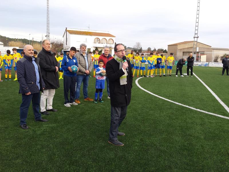 L'alcalde Lluís Puig i el regidor d'Esports, Joan Barba, en la inauguració, diumenge, de la nova gespa artificial. (Foto: Ajuntament de Palamós).