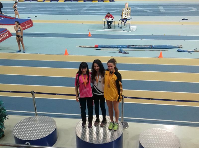 Laura Rodríguez, a l'esquerra, dalt el podi, després de la prova disputada a Sabadell. (Foto: Chaima Mechaal).