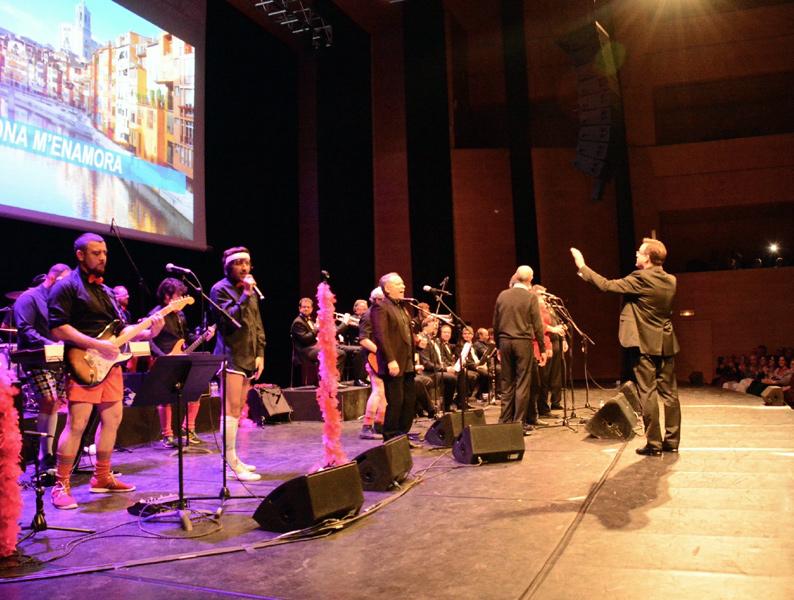 L'Orquestra Di-versiones i la Principal de la Bisbal, curiosa combinació que va posar dempeus l'Auditori de Girona. (Foto: Ajuntament de Calonge i San