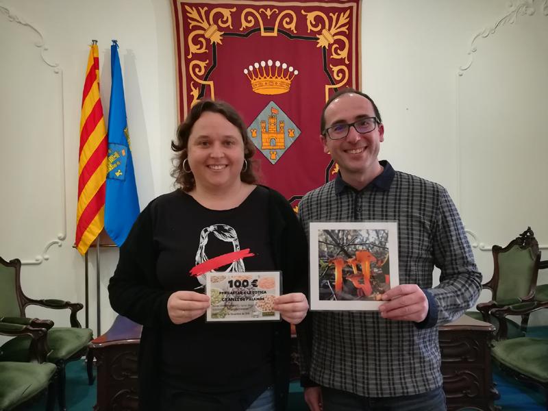 Lídia Lara, guanyadora del concurs, i l'alcalde Lluís Puig, amb la fotografia dels camagrocs. (Foto: Ajuntament de Palamós).