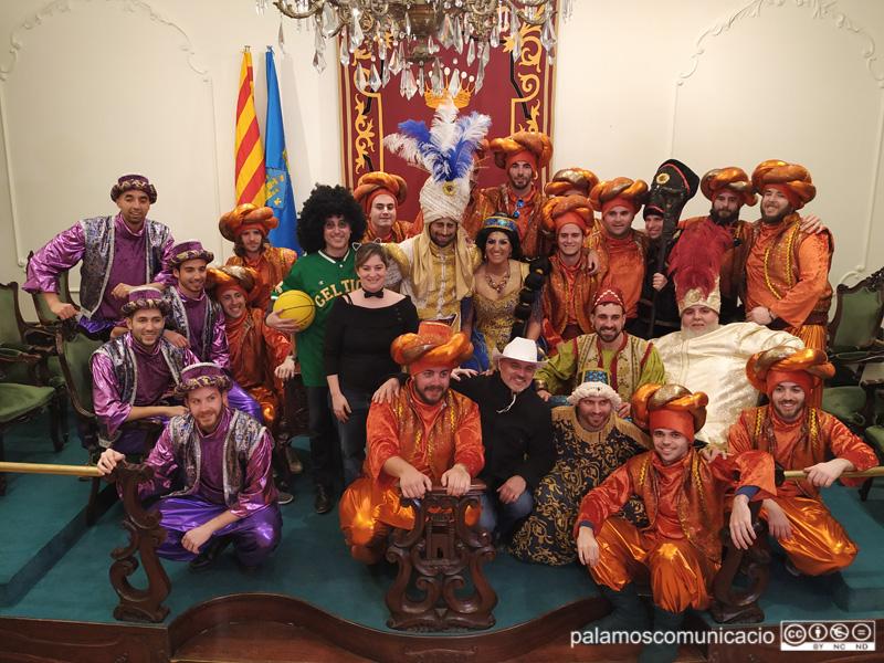 La colla Kins20 i el Rei i la Reina, amb l'alcalde i de regidors de l'Ajuntament de Palamós.