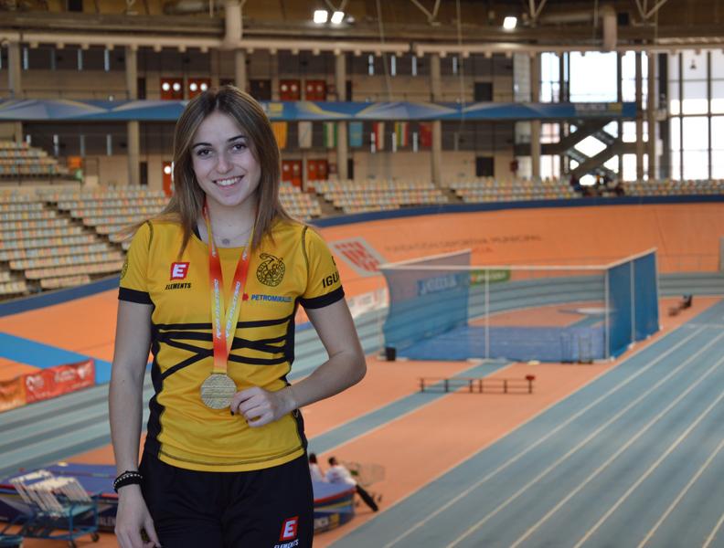 Marta Galló, amb la medalla d'or que la torna a acreditar com a campiona d'Espanya de salt de longitud sub18.