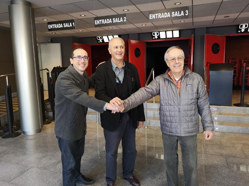 L'alcalde, amb el representant de Picking, Víctor Lafuente, i del propietari del cine, Francesc Xarnach. (Foto: Ajuntament de Palamós).