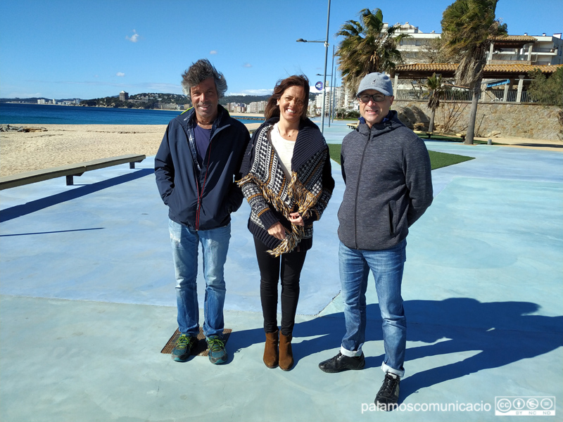 Miquel Farrés, Judith Hidalgo i Joan Mateu, membres de l'entitat Run Woman Run, aquest matí a la placeta d'Es Monestrí.