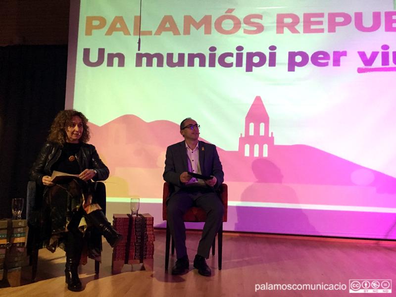La consellera Ester Capella al costa de Lluís Puig, divendres durant l'acte de presentació del candidat republicà.