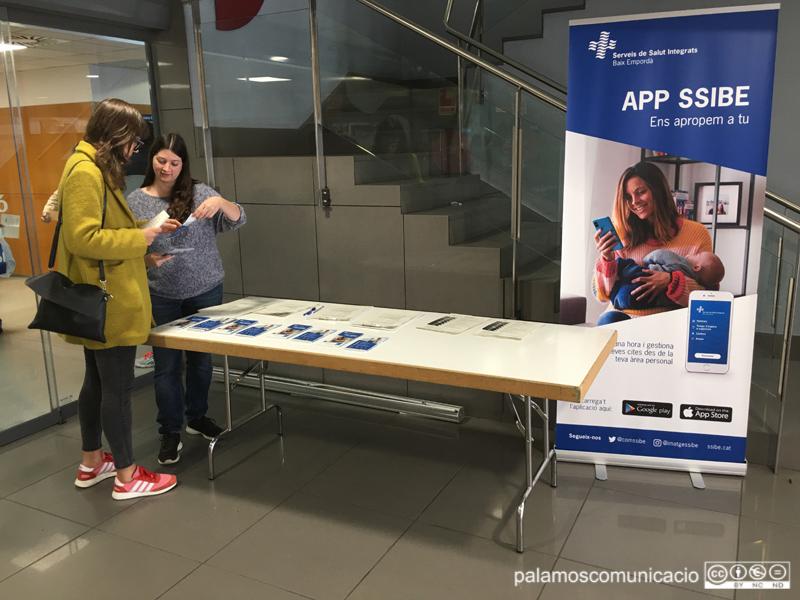 Parada informativa sobre la nova app de SSIBE, aquest matí al CAP de Palamós.