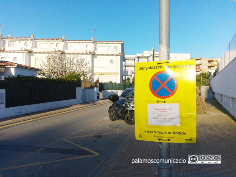 Senyalització al carrer de Garbí informant que demà s'hi farà una neteja intensiva.